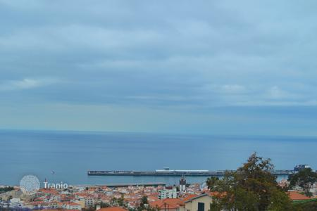 Квартиры и апартаменты на Мадейре. Magnificent two bedroom apartment with amazing Funchal bay views and a garden
